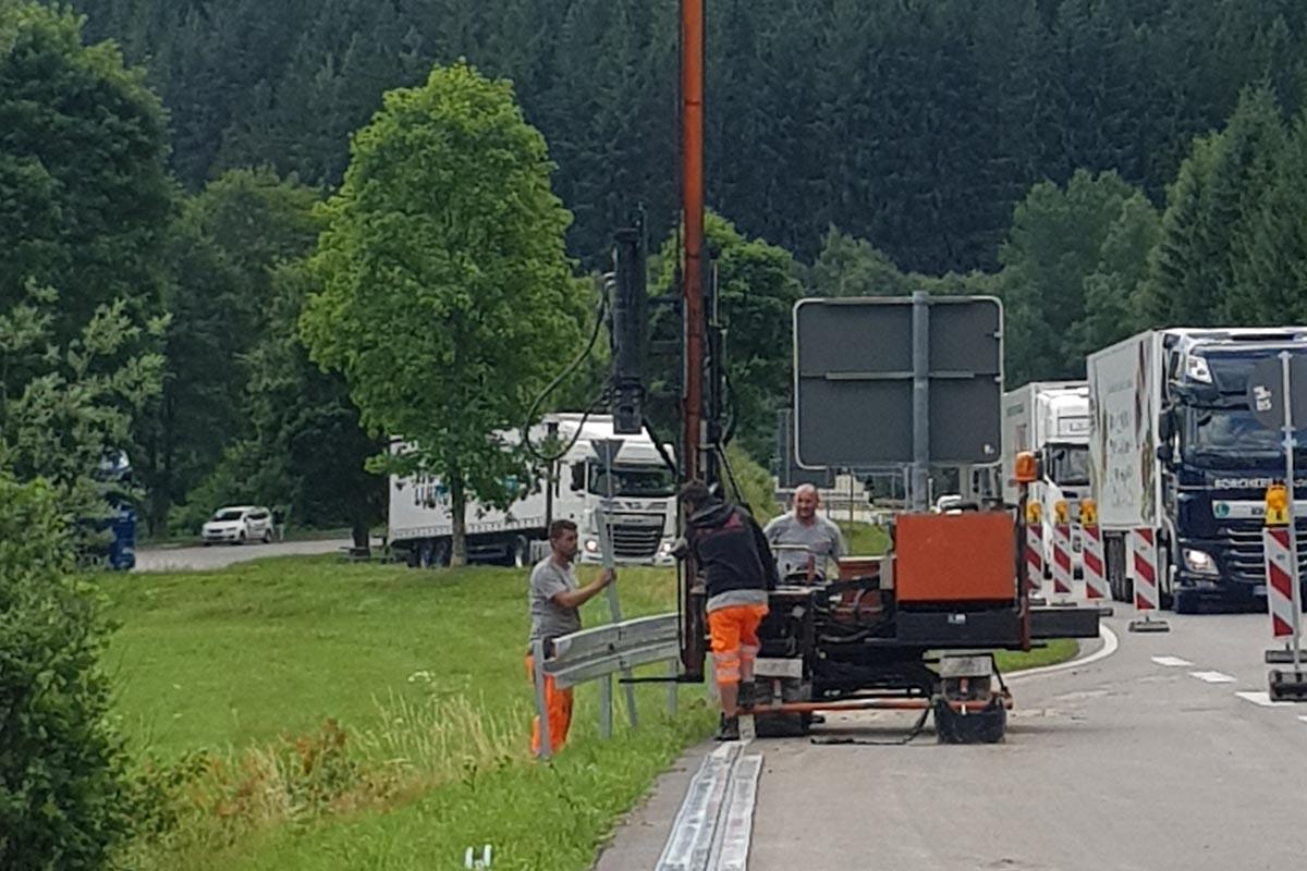 Roleit Schutzplanken Montage 2 1200x800 - Über Roleit