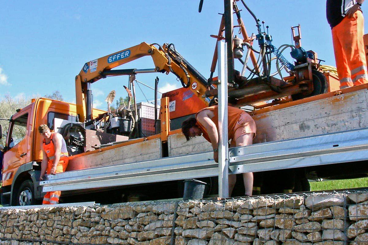 montage schutzplanke 1200x800 - Über Roleit