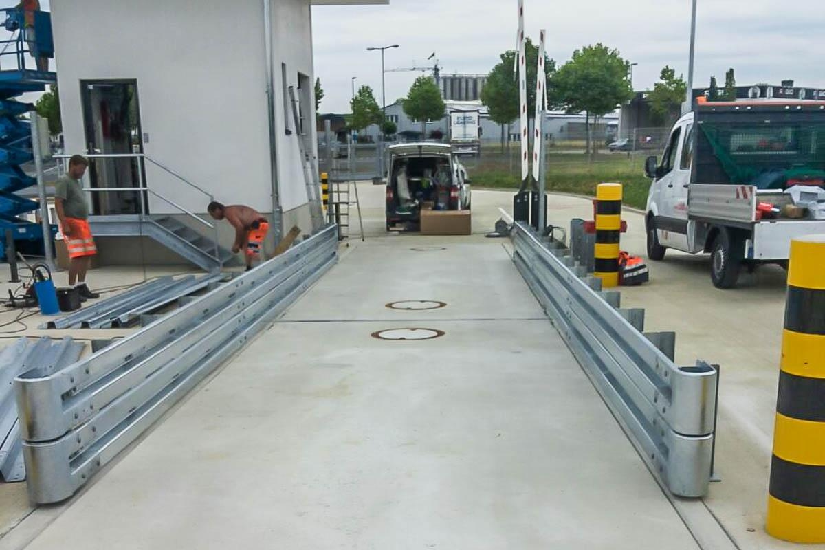 roleit schutzplanken montage 1 1200x800 - Industrieabsicherung