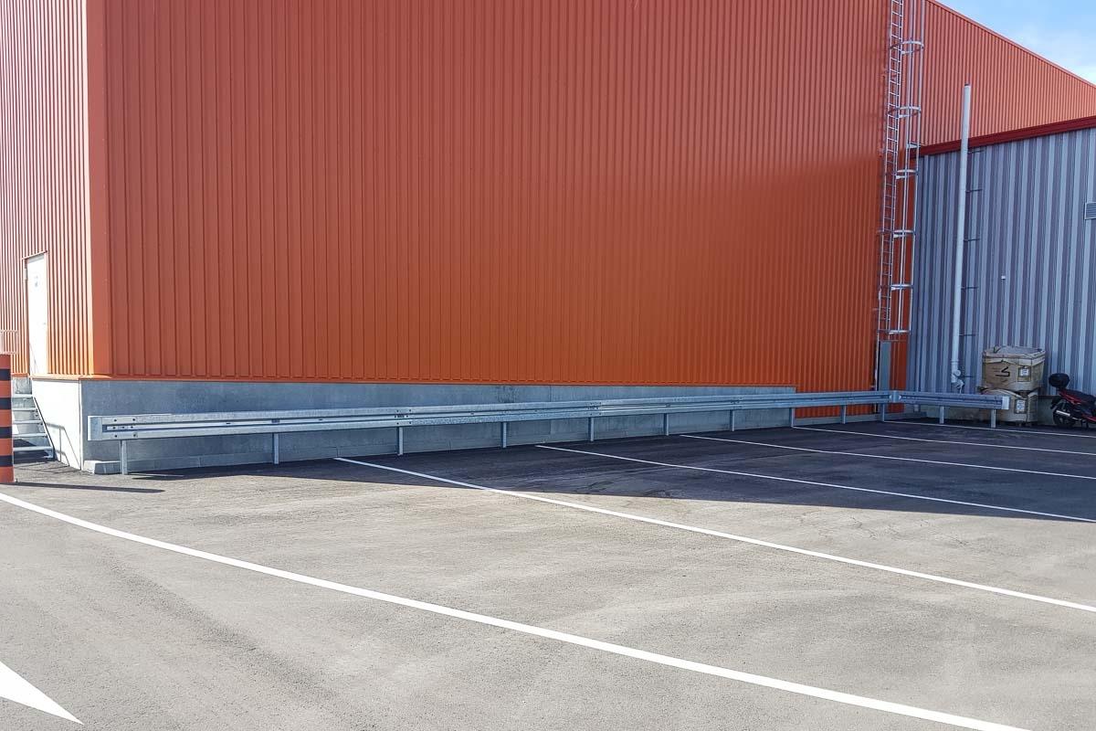 roleit parkplatzsicherung schutzplanke 2 1200x800 - Industrieabsicherung
